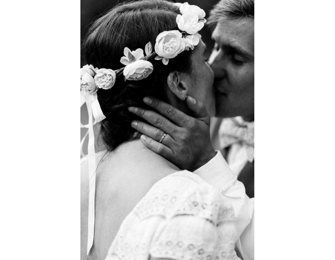 Mariés s'embrassant, couronne de fleur laure de sagazan.