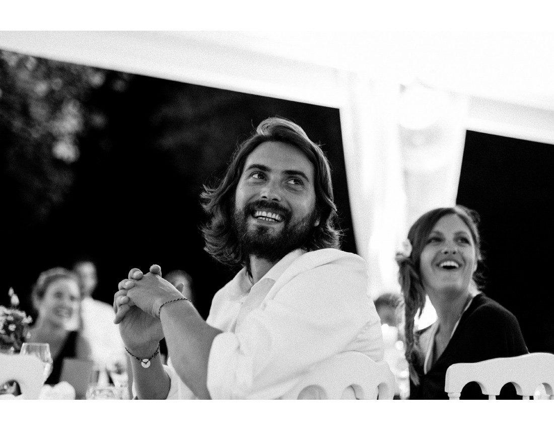 Beau gosse riant pendant la soirée de mariage.