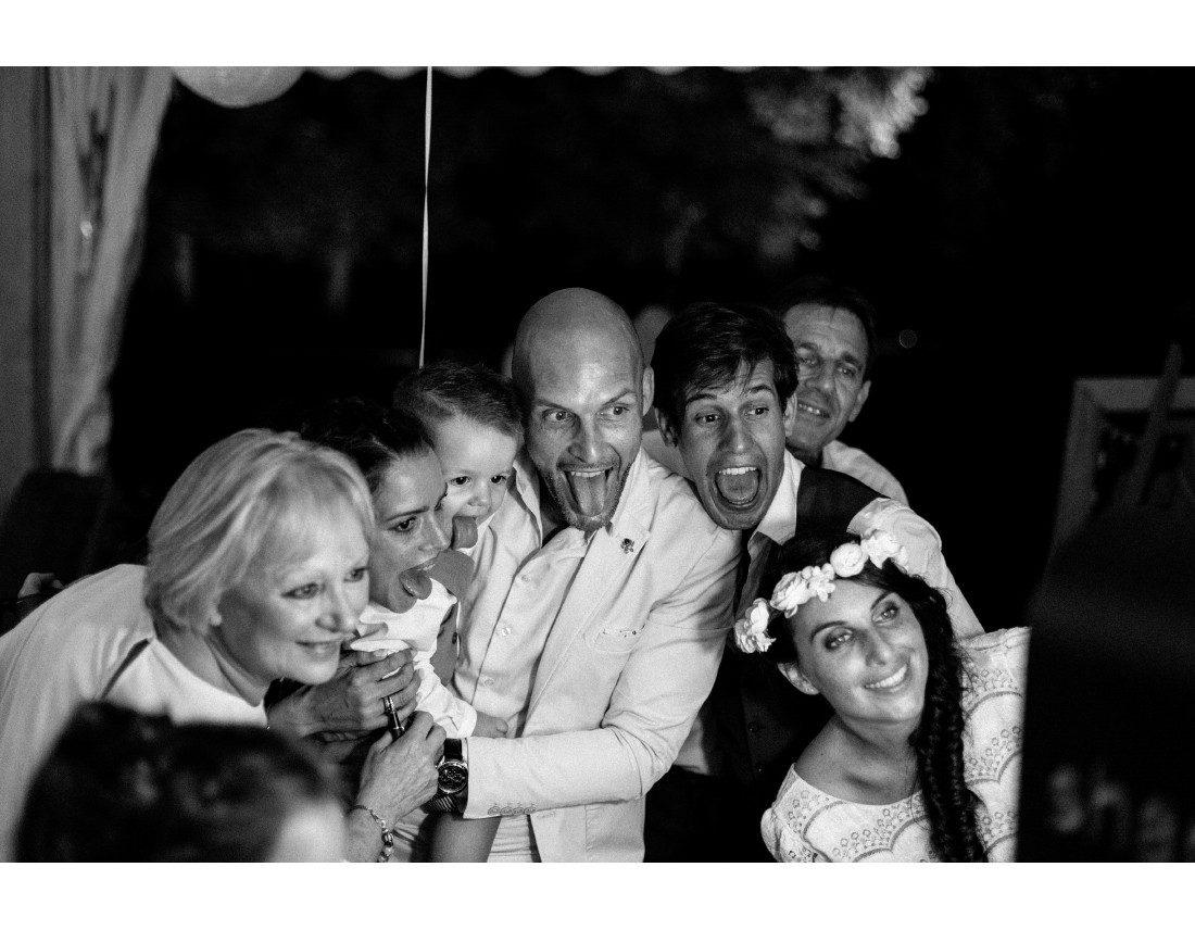 Invités tirant la langue davant photomaton a un mariage.