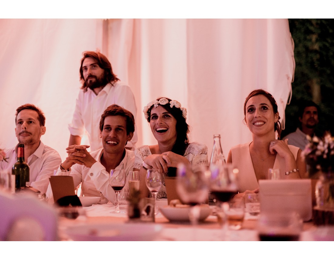 Recation des mariés au sicours pendnat la soirée de mariage.