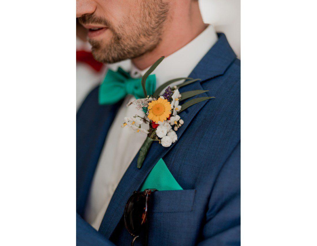 Détails de la tenue du marié.