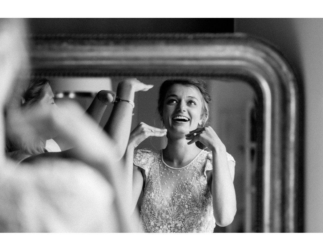 Mariée émue devant son miroir