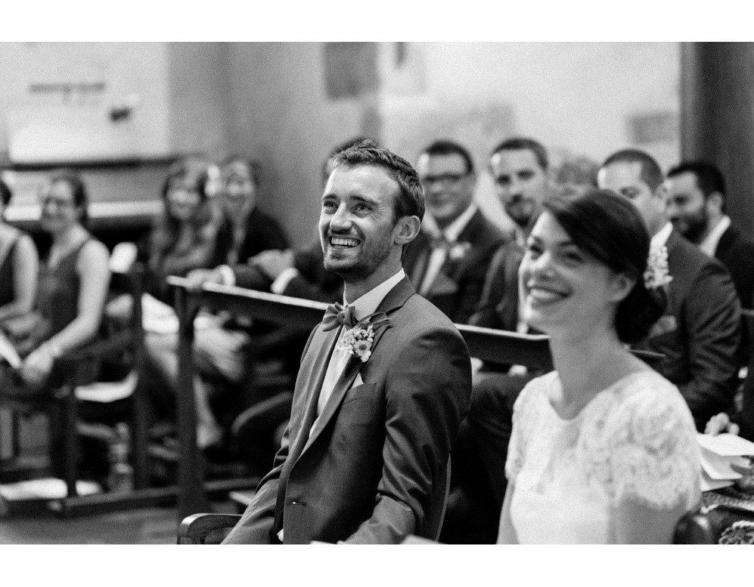 Marié souriant lors de la ceremonie.