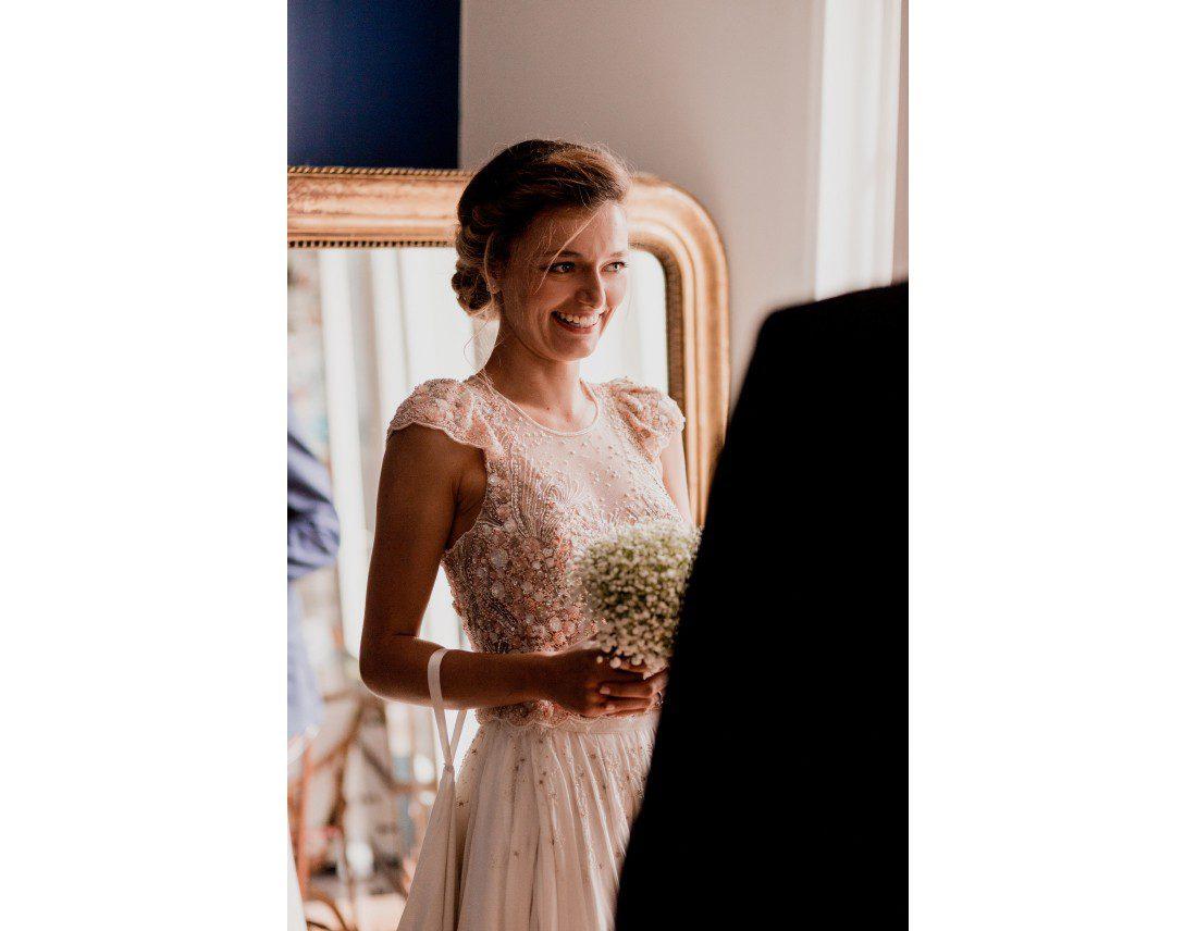 Mariée avec son bouquet riant