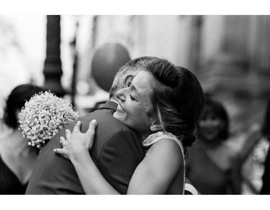 etreinte de la mariée avec son papa, mariage paris