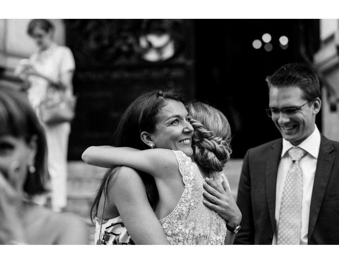 Etreinte d'une amie avant la ceremonie de mariage