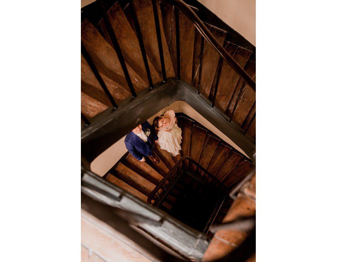 Les futurs mariés dans leurs cage d'escalier