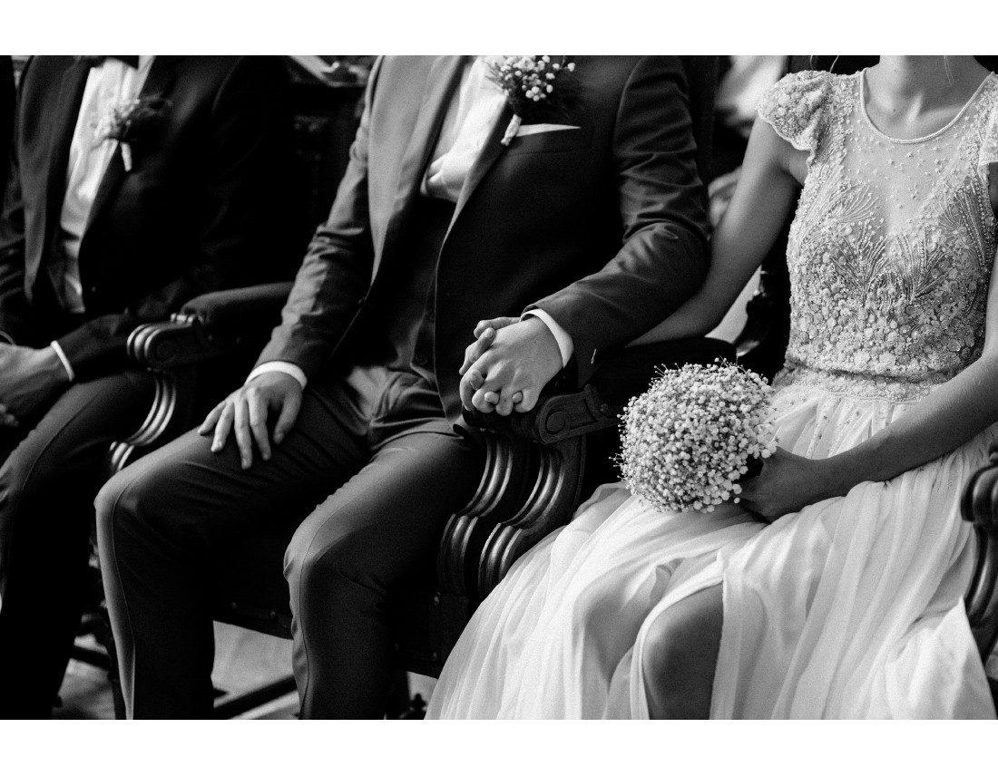 Mains tenues pendant la ceremonie mairie à Paris 10e.