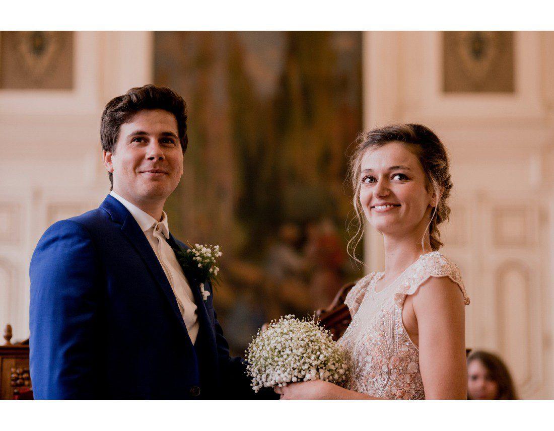 couple qui regarde le maire pendant mariage Paris 10e.