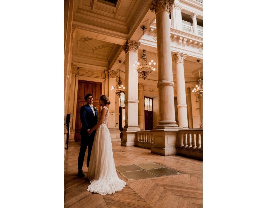 Couple de mariés dans la mairie du 10e arrondissement de paris.