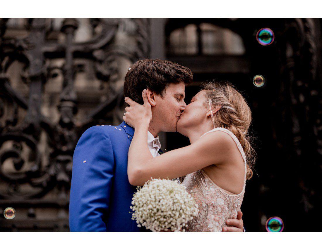 Couple qui s'embrasse bulles