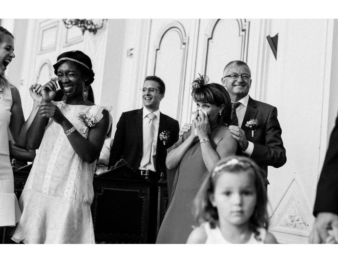 Invités émus pendant la ceremonie civile, mariage 10e arr de Paris.