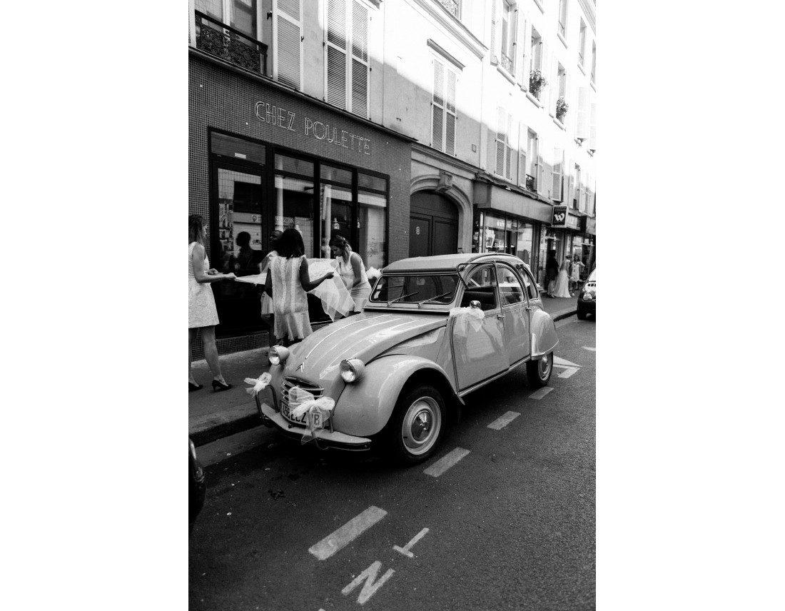 Voiture des mariés, garée dans une rue du 10e arr, de Paris.