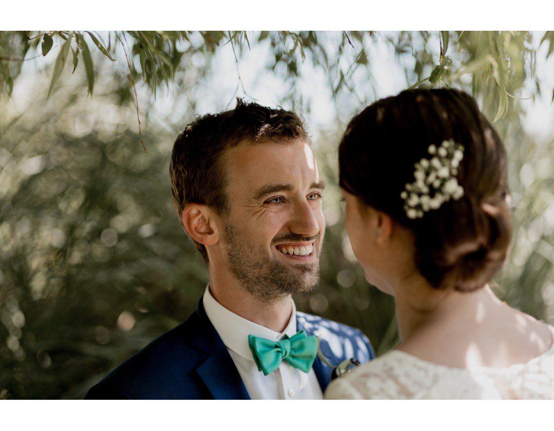 Sourire du marié regardant sa femme.