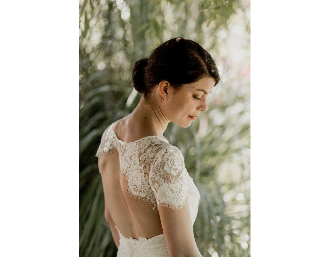 Mariée dans sa robe Jesus peiro, regardant au sol.