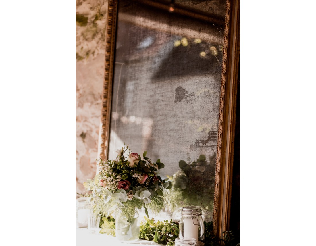 Vieux miroir et fleurs pour decoration de mariage