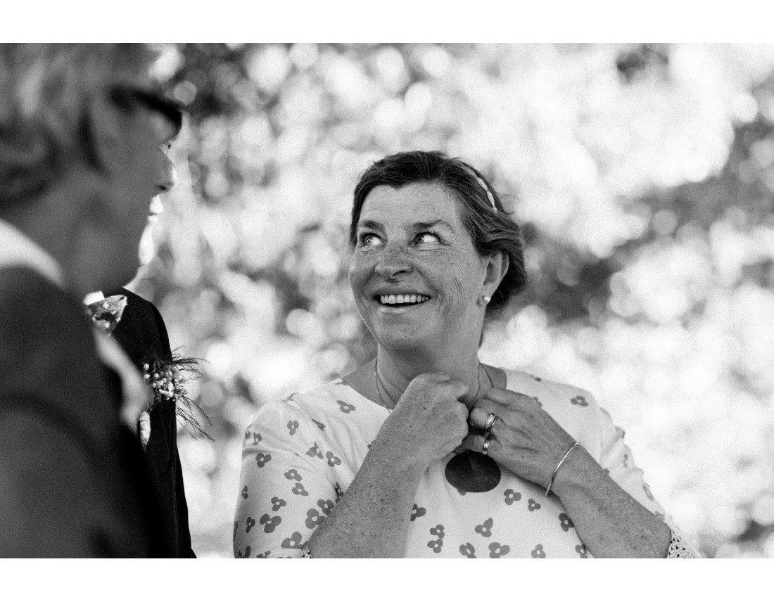 INvitée qui sourit a un mariage