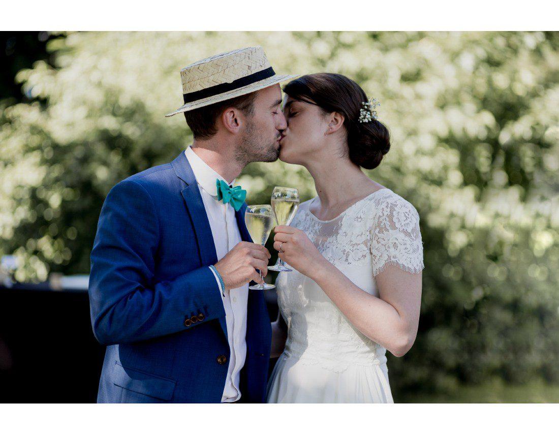 Couple qui ouvre le vin d'honneur a leur mariage.
