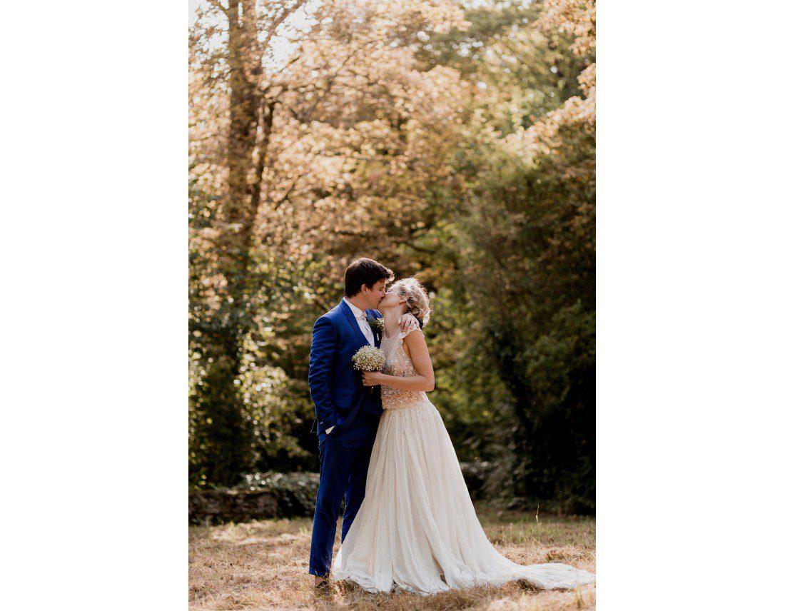 Couple de mariée dans la nature