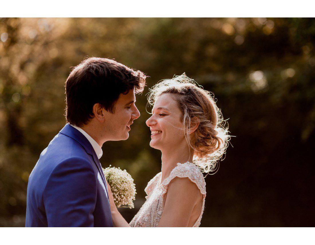Couple de mariés dans la lumiere.