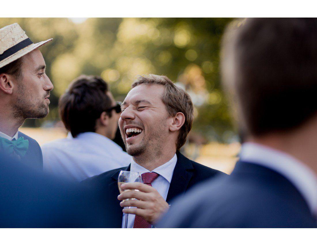 Invité mort de rire pris sur le vif au vin d'hnneur d'un mariage.