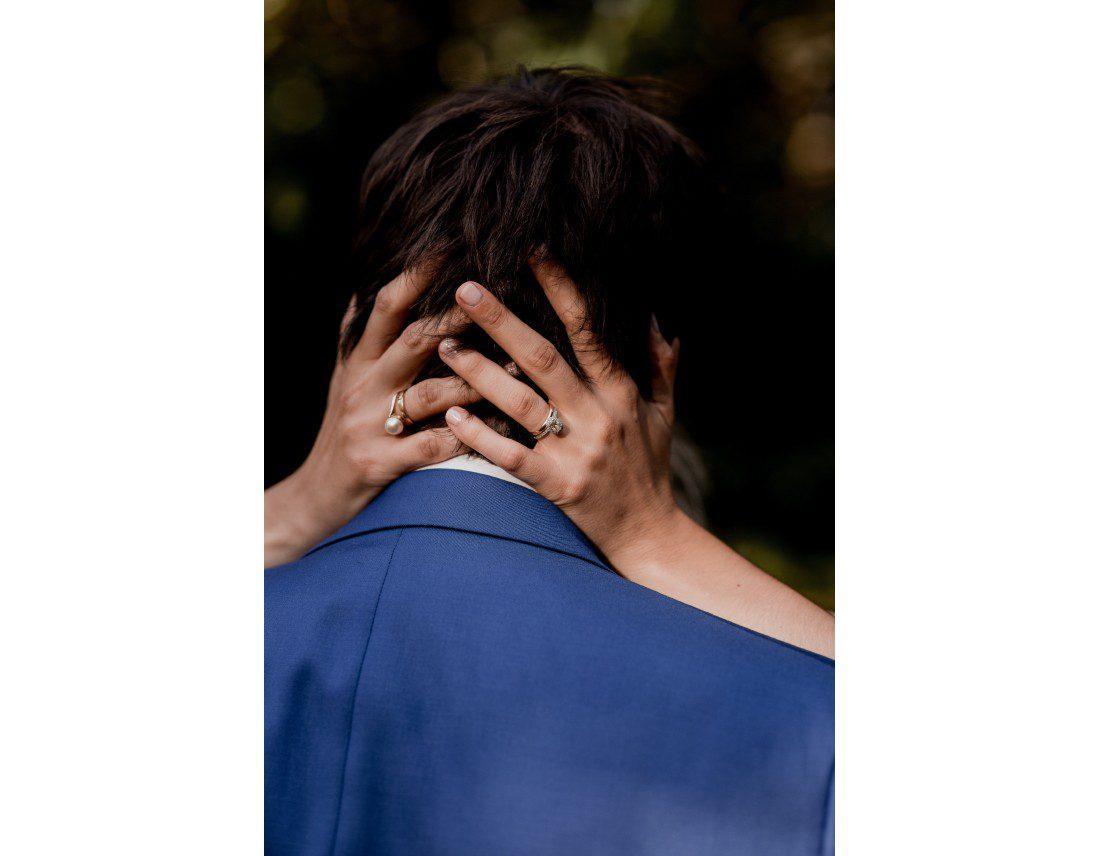 Mainsde la amriée dans les cheveux de son mari.
