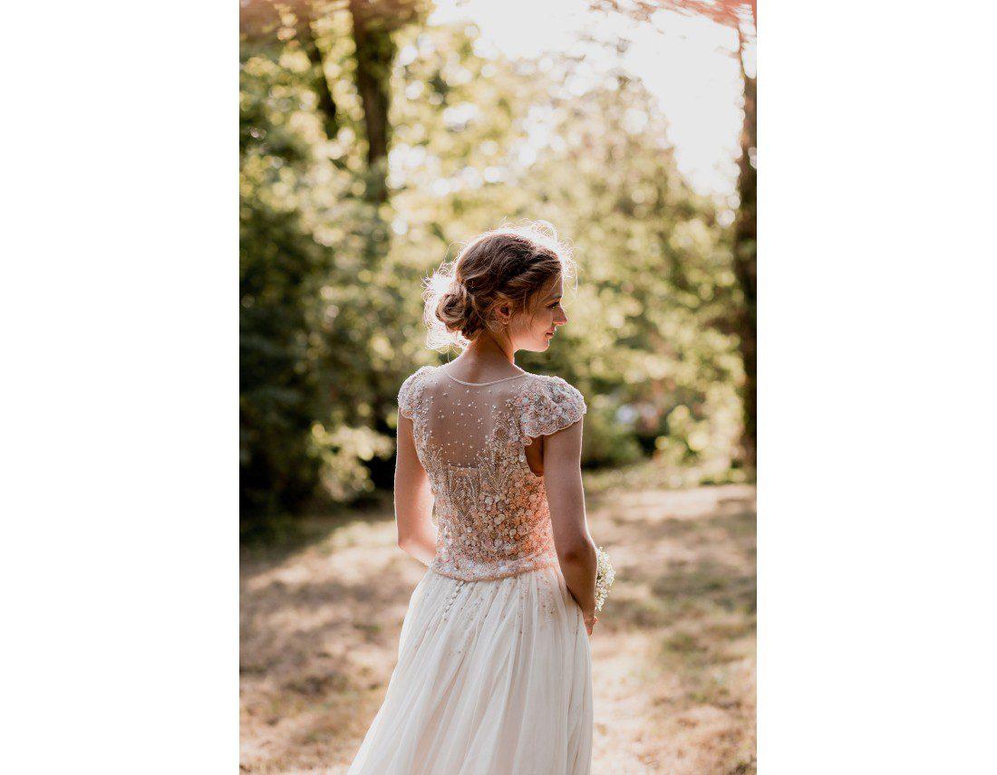 Portrait de la amriée de dos, robe brodée.