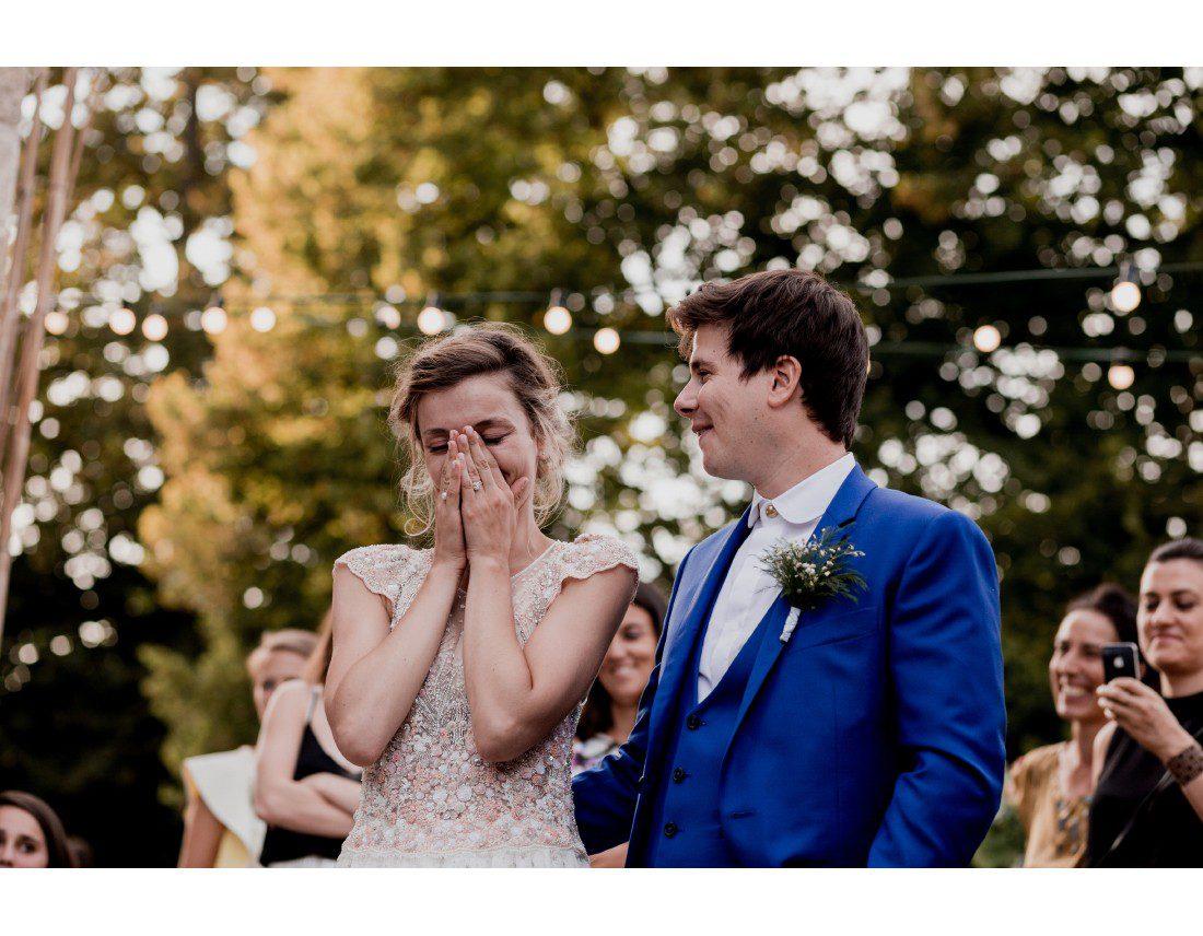 Mariée emue pendant les discours de son papa.