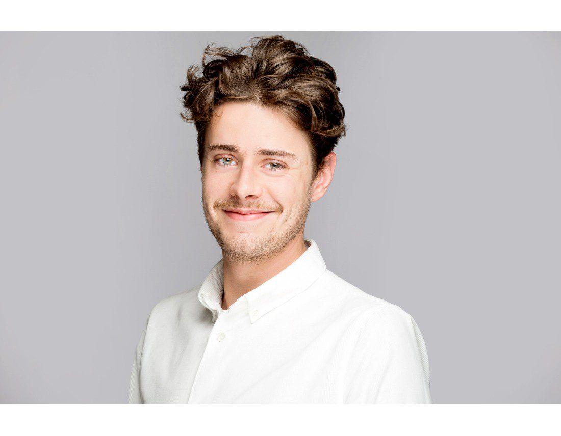 Portrait professionel dun jeune homme sur fond gris