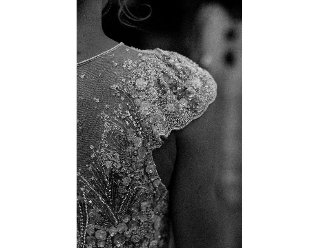 Détail de broderie de la robe de mariée.