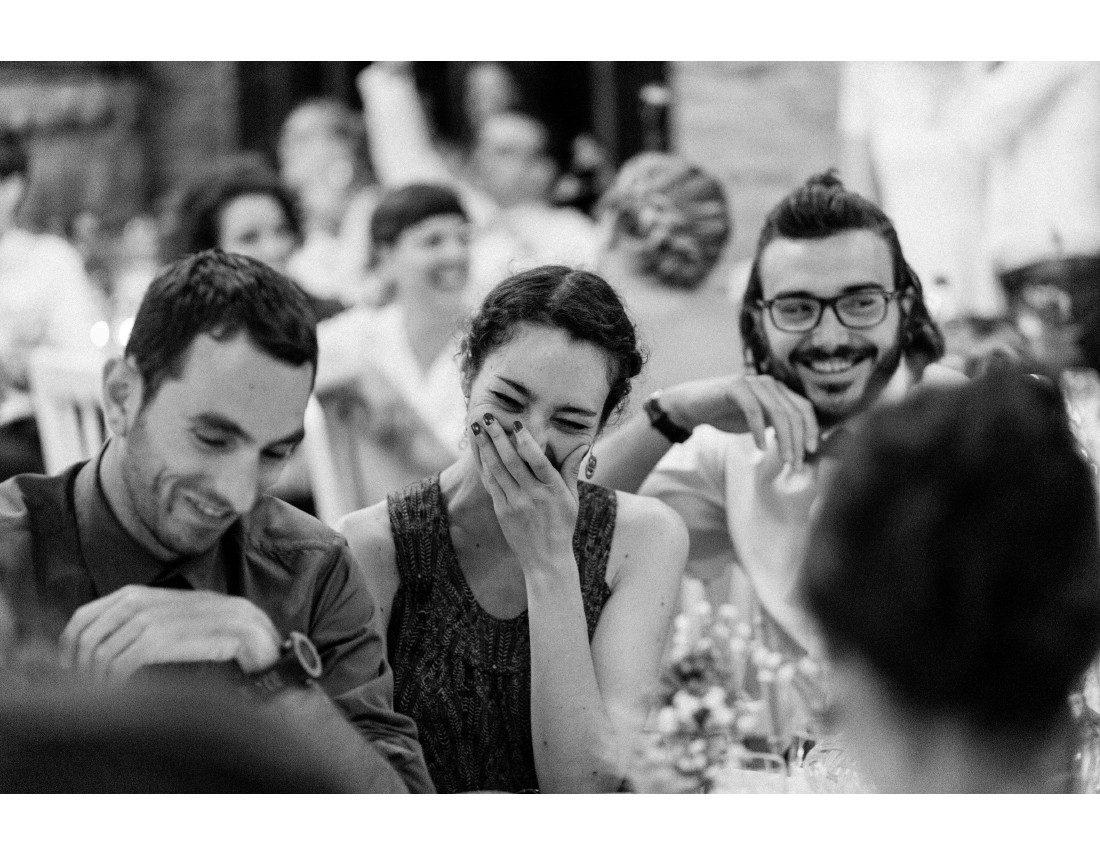 Invié qui rit prise sur el vif à un mariage.