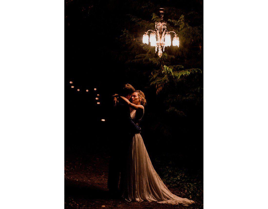 Couple en extereur sous un lustre en pleine nature