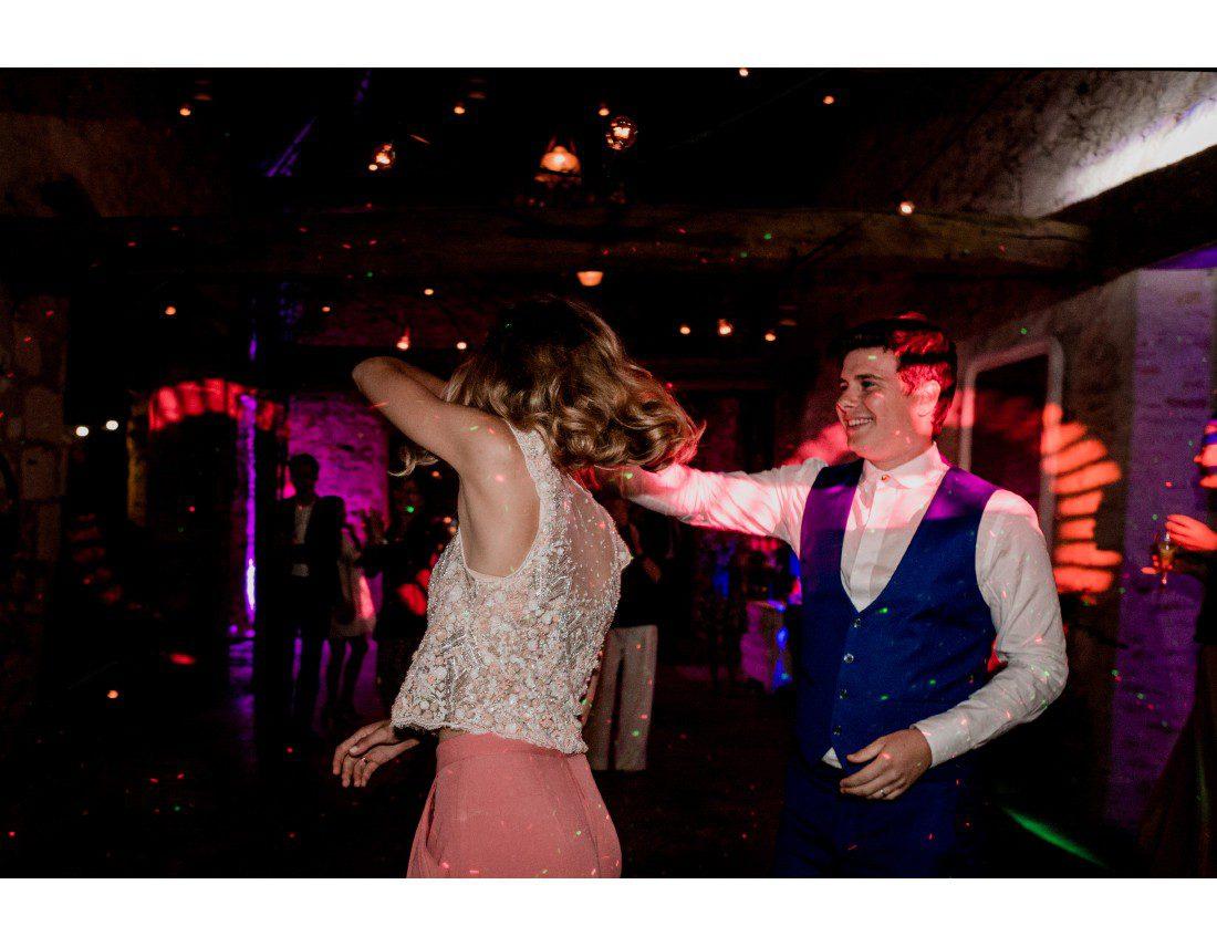 couple qui danse sur le dancefloor