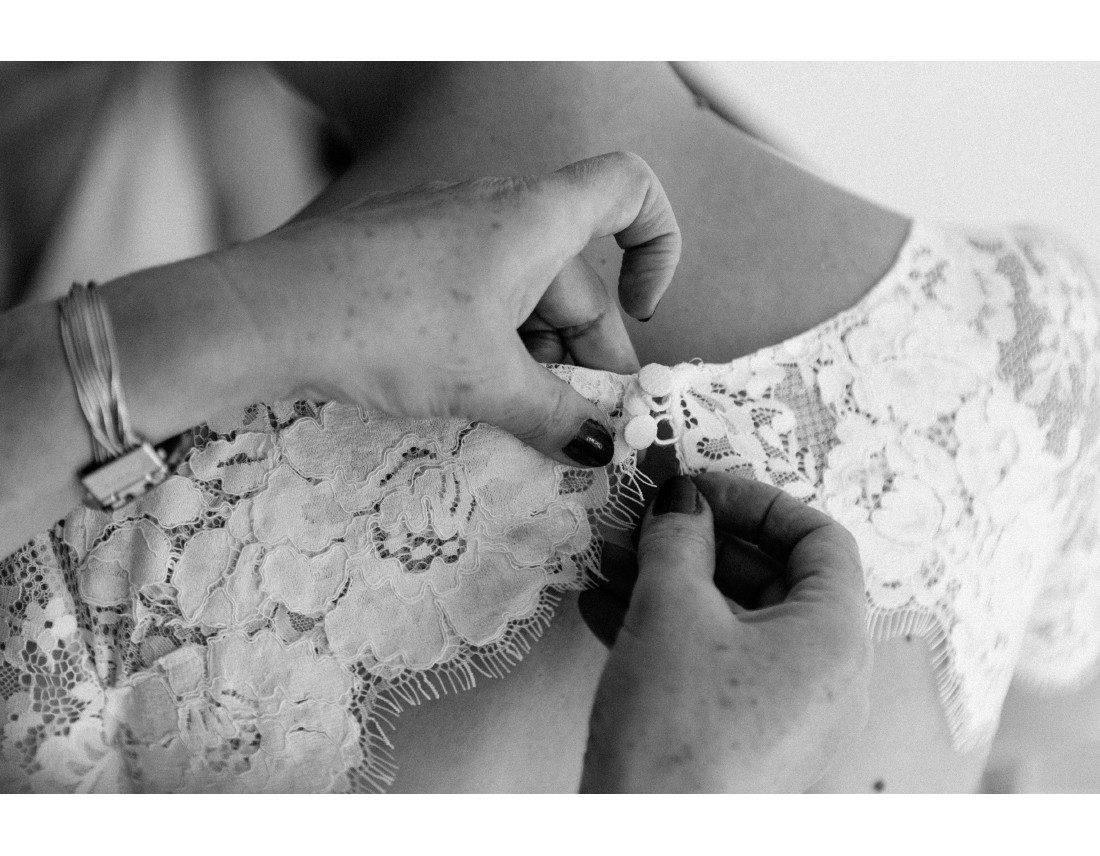 Detail de la robe Jesus Peiro de la mariée.