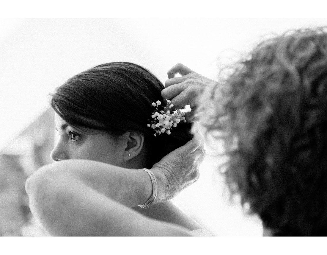 Fleurs dans le chignon de la mariée.