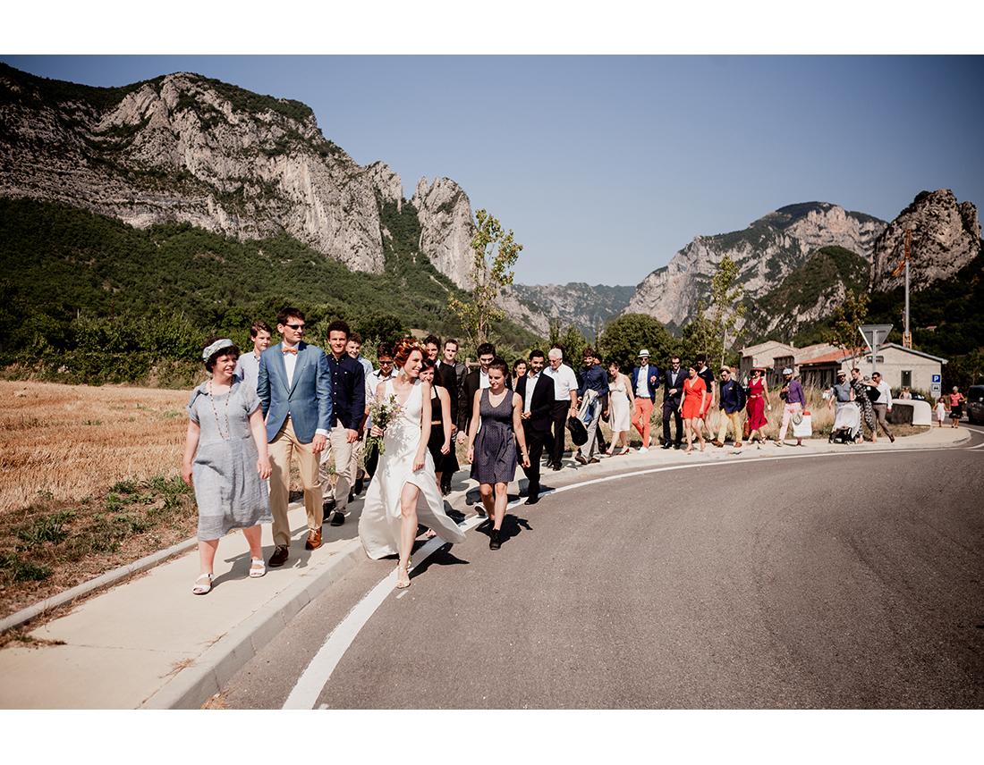 Cortege à pied d'un mariage en provence - Saou, Drome.
