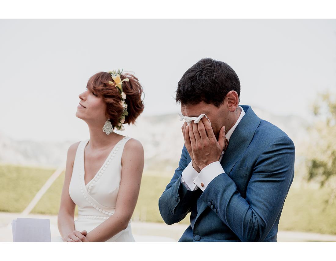 MArié qui pleure lors e la ceremonie de son mariage.