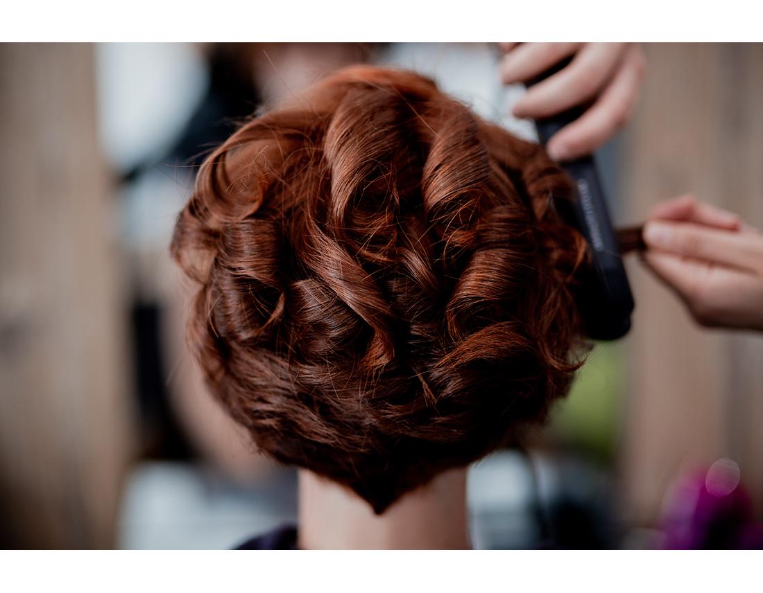 Mariée rousse chez le coiffeur