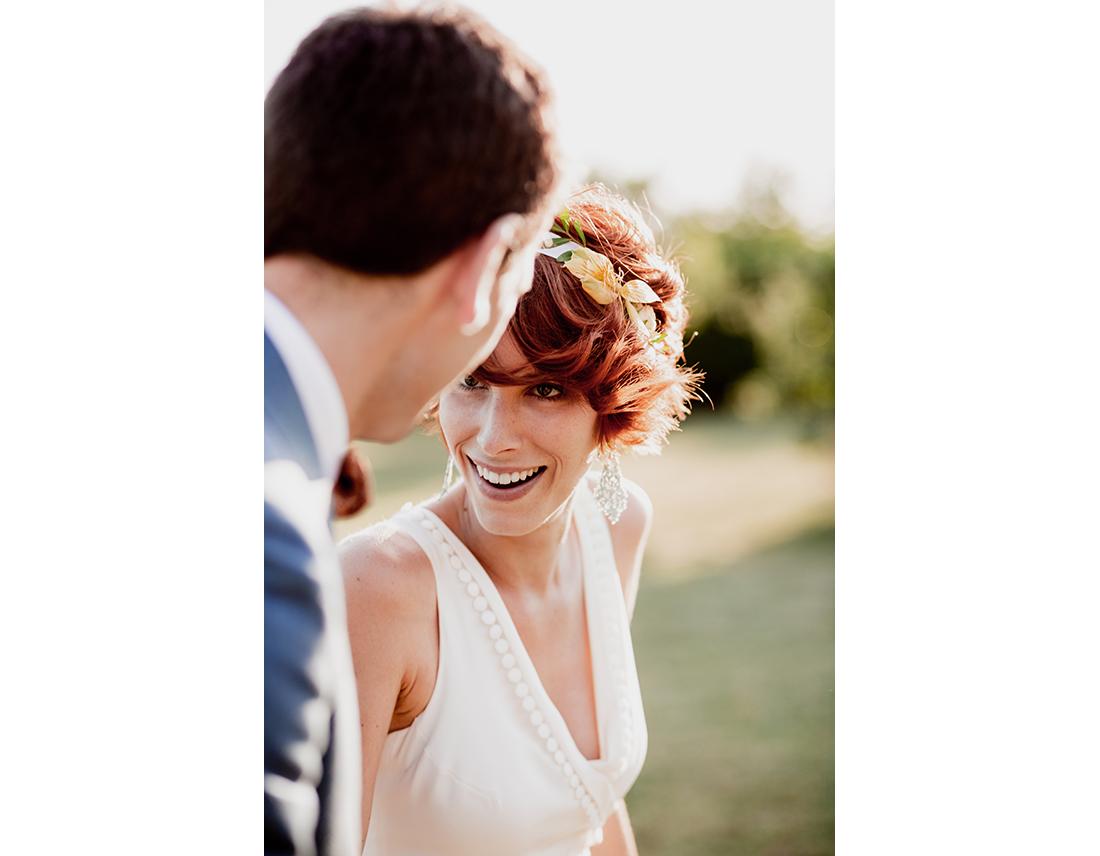 Mariée rousse qui sourit.