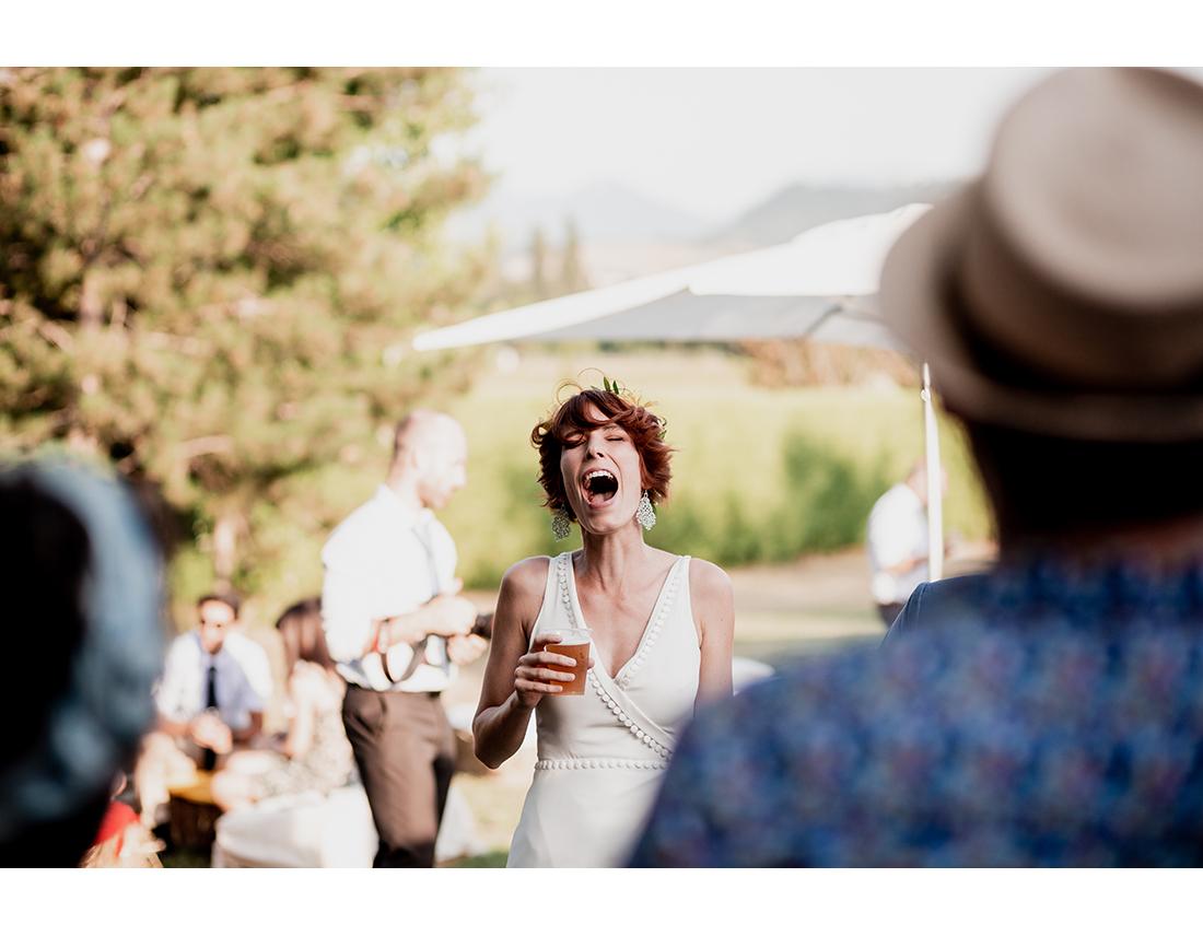 Mariée qui explose de rire devant flashmob.