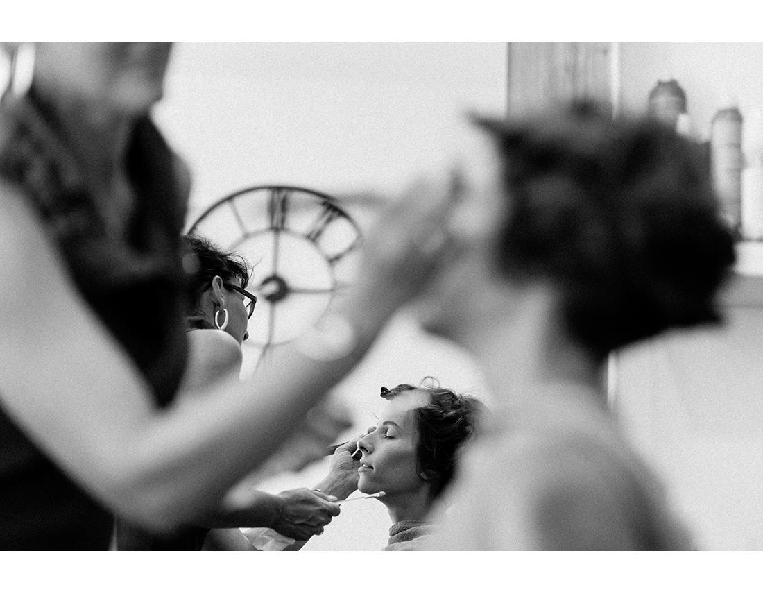 Mariée se faisant maquiller