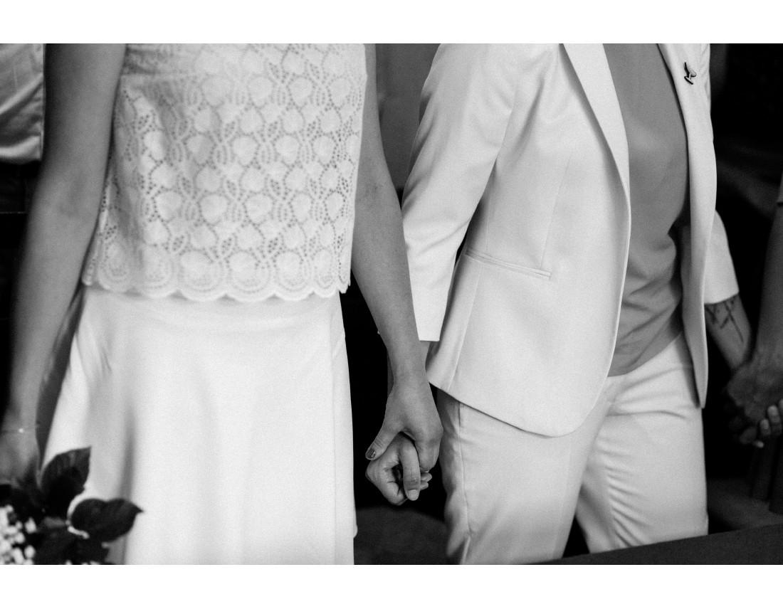 Mains se tenant pendant la ceremonie civile, mariage lesbien..