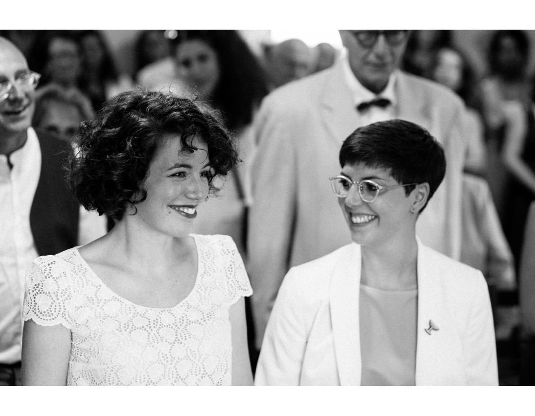 MAriées se souriant pendnat leur ceremonie civile, mariage lesbien..