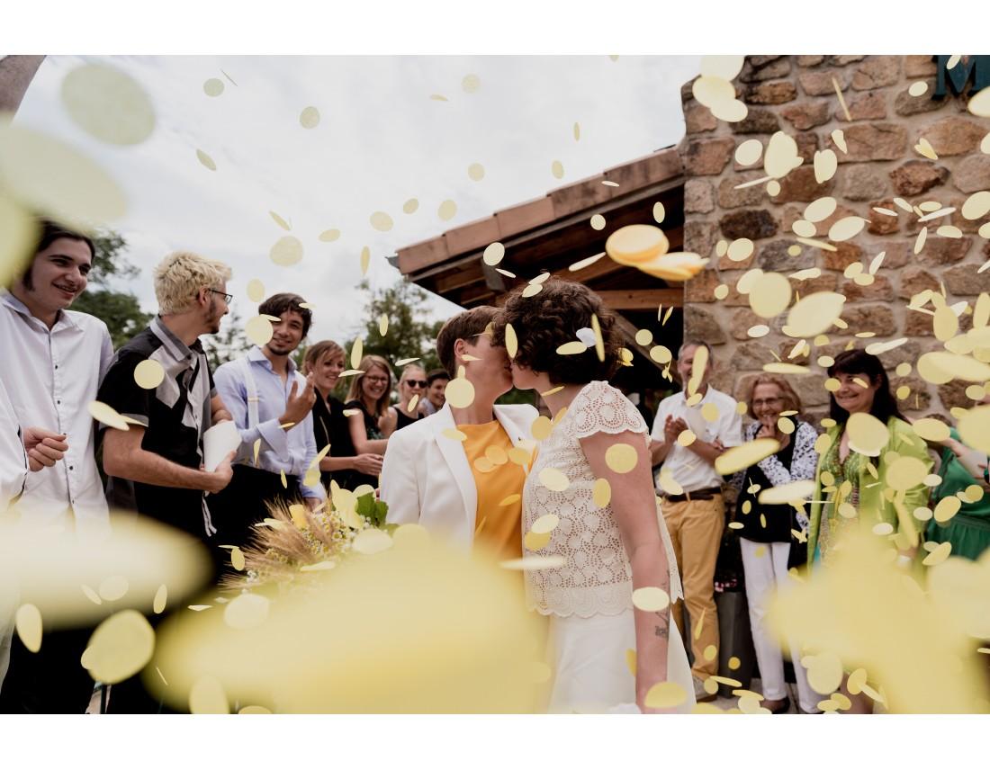 Pluie de confettis jaunes a la sortie de mairie, mariage lesbien.