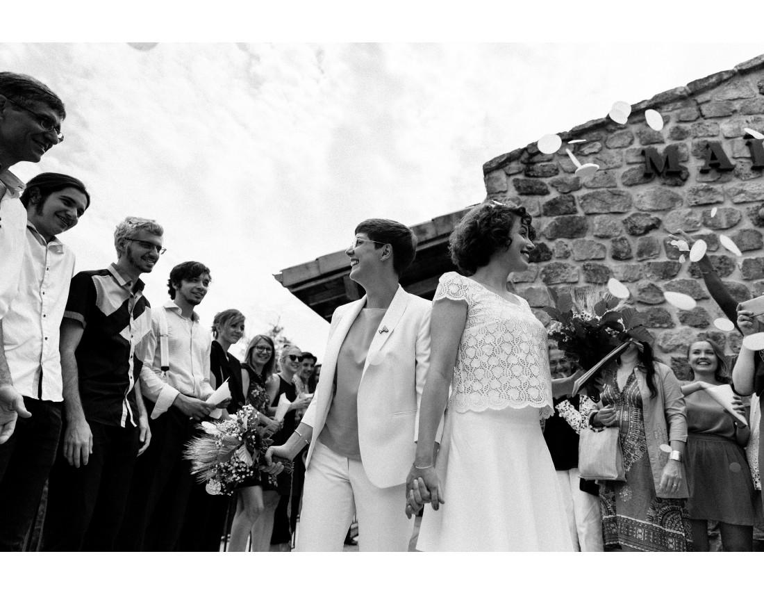 Mariée a la sortie de mairie regardant leurs invités, mariage lesbien..