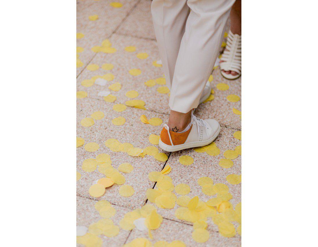 Detail de basket de mariée avec confettis jaunes, mariage lesbien..