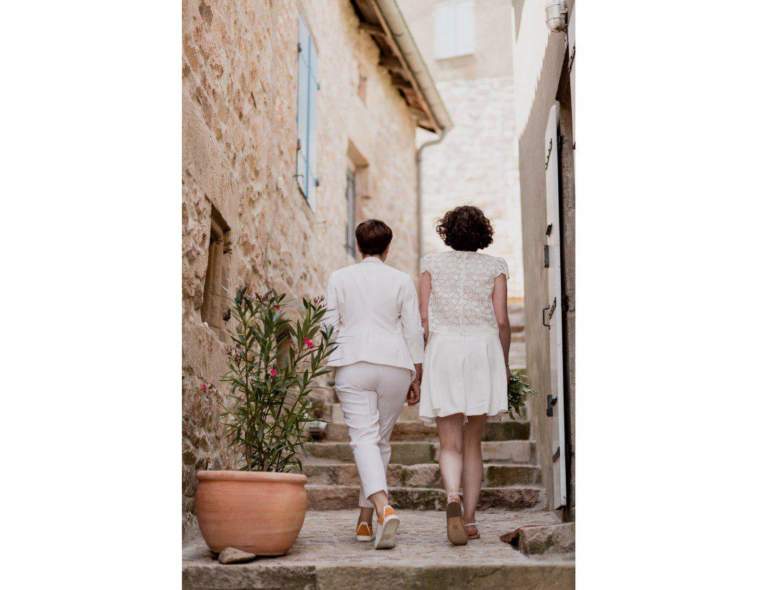 Couple de fille marchant dans des ruelles, mariage lesbien.