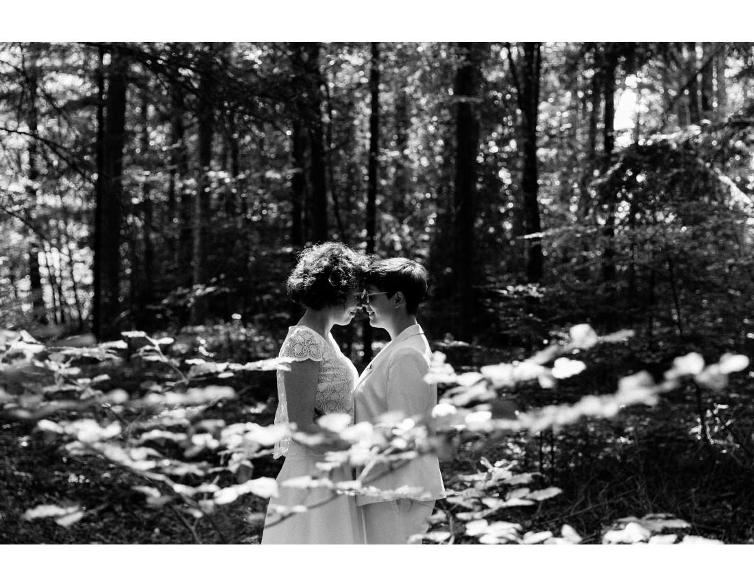 Couple de femme dans la foret mariage, mariage lesbien.