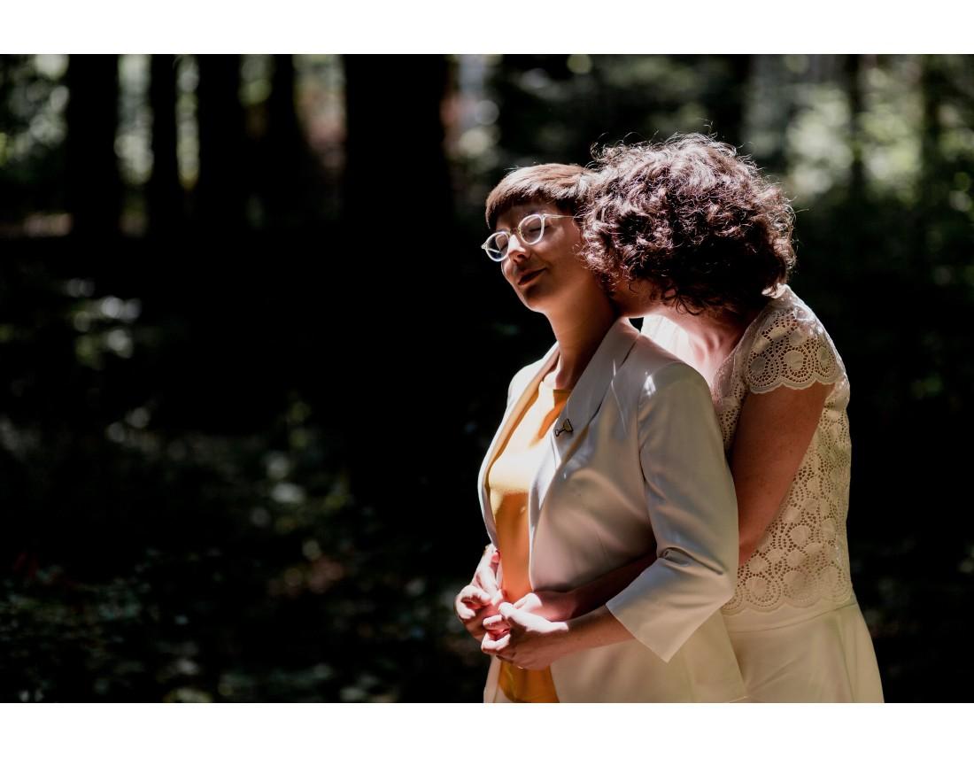 Couple de femme dans la foret mariage lesbien.