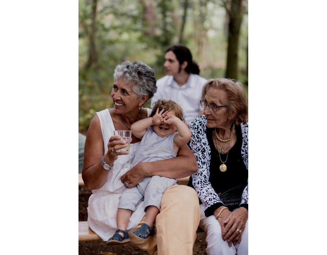 Enfant qui se cache les yeux pendant ceremonie laique, mariage lesbien.
